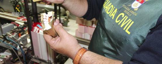 Agente de la Guardia Civil repasa el funcionamiento de las máquinas de la fábrica ilegal del Castillo de las Guardas
