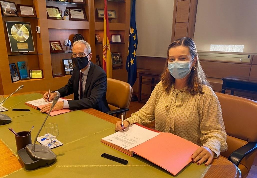 El Director General de la Agencia Estatal de Administración Tributaria, Jesús Gascón Catalán, y la Presidenta y Directora General de la Mesa del Tabaco, Águeda García-Agulló, durante la firma del Acuerdo entre ambas entidades para la lucha contra el comer
